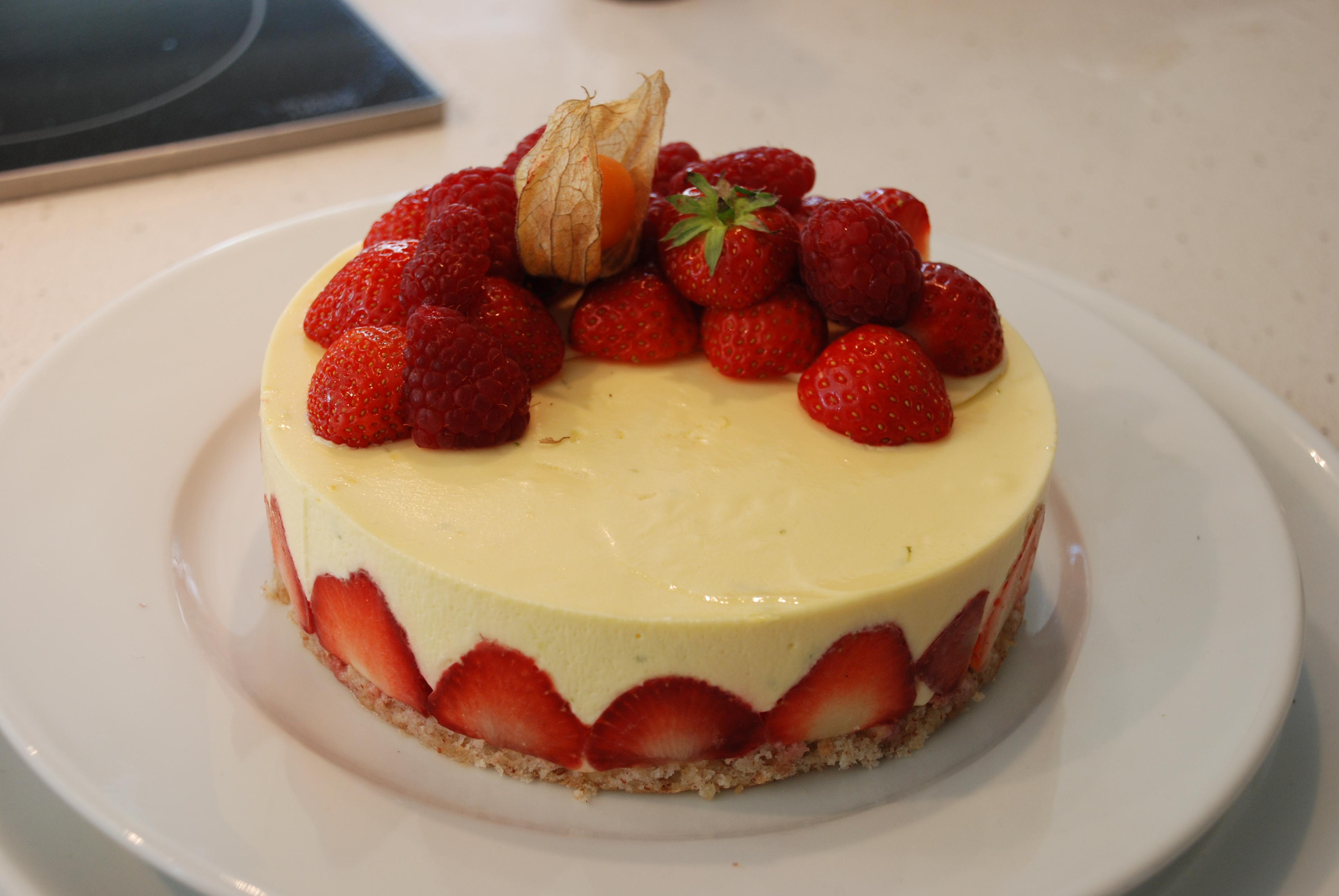Hvit sjokolademoussekake med lime og jordbær