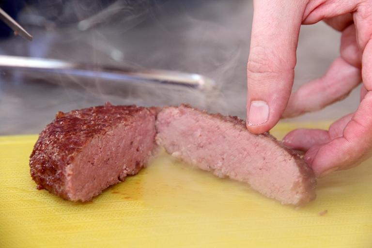 Dette bildet er tatt rett etter den kom pp av frityren. Burgeren på bildet er sous videt på 57,5 grader i 1 time. Den blir rødere i fargen etter å ha stått et minutt eller to.